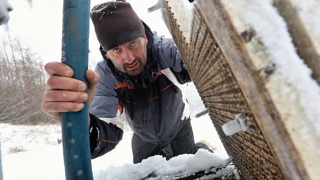 Lyžařský vlek na Malečově čeká na pořádnou zimu a přírodní sníh. Zatím se majitelé snaží uměle zasněžovat.