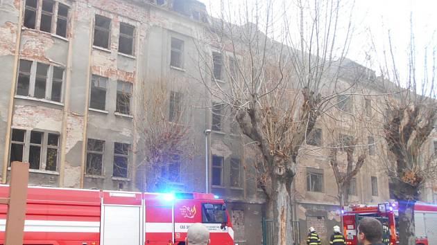 Požár v neobydlených domech v Předlicích.