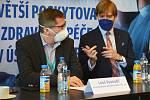 Vedení společnosti Krajská zdravotní. Vlevo místopředseda představenstva Leoš Vysoudil, vpravo dnes už bývalý předseda představenstva Adam Vojtěch.