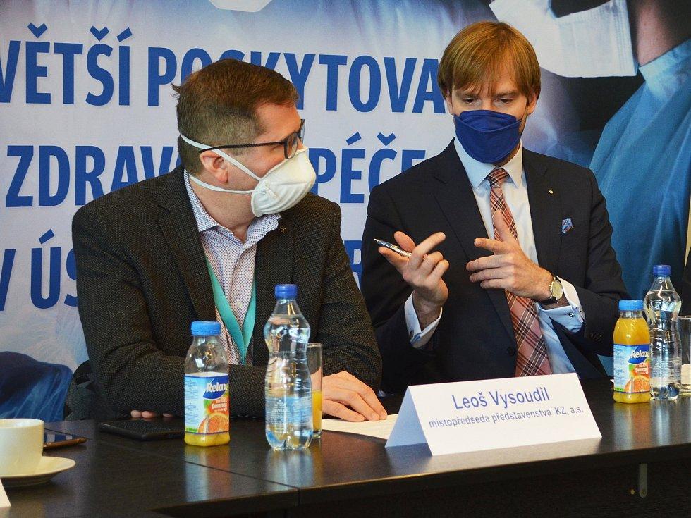 Vedení společnosti Krajská zdravotní. Vlevo místopředseda představenstva Leoš Vysoudil, vpravo předseda představenstva Adam Vojtěch.