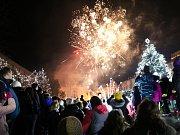 Lidické náměstí rozsvítil vánoční strom.