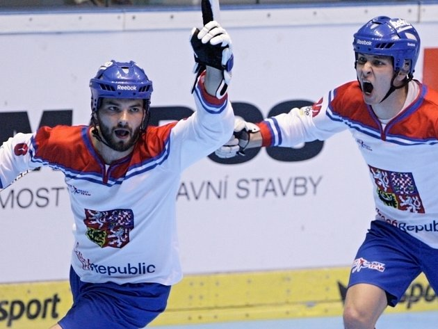 Útočník Lukáš Soukup (vlevo) je podepsaný pod prvním českým gólem na šampionátu.