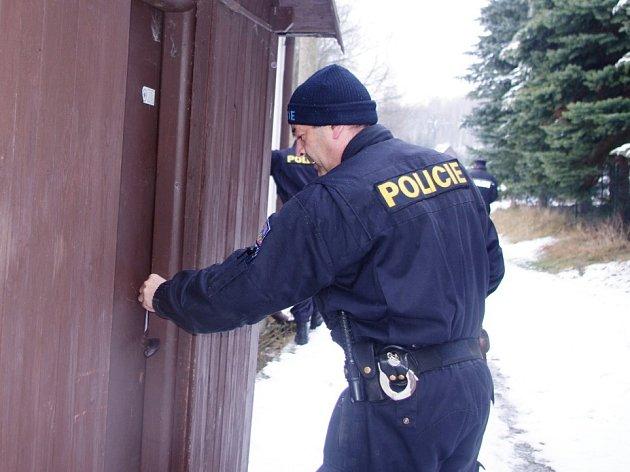 Policisté z obvodního oddělení Chlumec ve čtvrtek kontrovali chatovou oblast Tisá – Rájec.