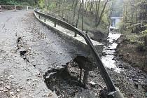 Rozvodněný Homolský potok nadělal na silnici od nich dolů do Velkého Března paseku.