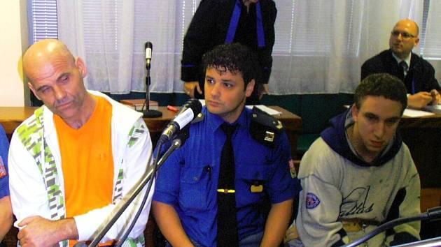 Dva muži stojí před soudem kvůli loupežné vraždě. Karel Pata vlevo.