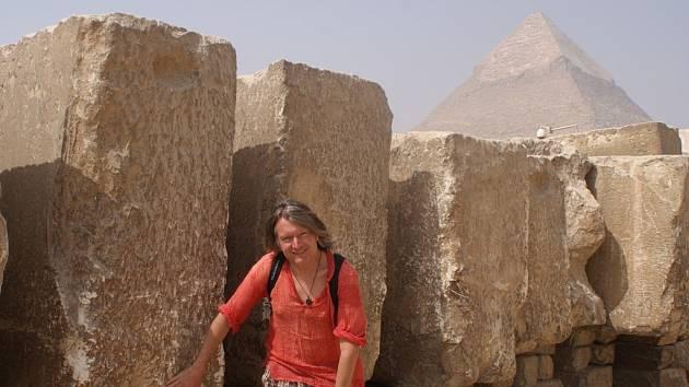 Miloš Matula u megalitických kvádrů v Gíze v Egyptě..