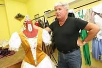 Výtvarník Josef Jelínek kostýmy navrhoval pro USA či Argentinu, ale i v Ústí a v Liberci.
