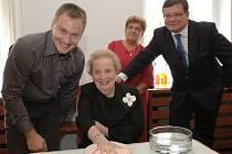 Americká diplomatka Madeleine Albrightová (na snímku s Janem Huňátem, starostkou Terezína Růženou Čechovou a exministrem obrany Alexandrem Vondrou).