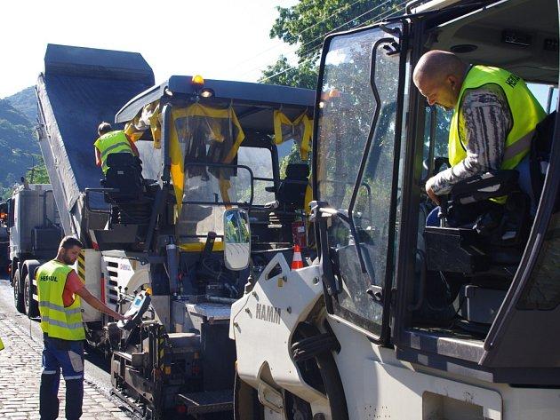 OPRAVA SILNICE přinesla v minulých dnech dopravní komplikace v Brné a na Střekově.