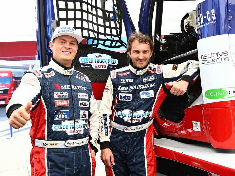 Piloti Buggyry Adam Lacko (vlevo) a David Vršecký vás zvou na truckovou show do Mostu.