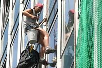 Do konce srpna bude nalepeno na skleněné panely budovy krajského soudu celkem 480 bezpečnostních fólií.