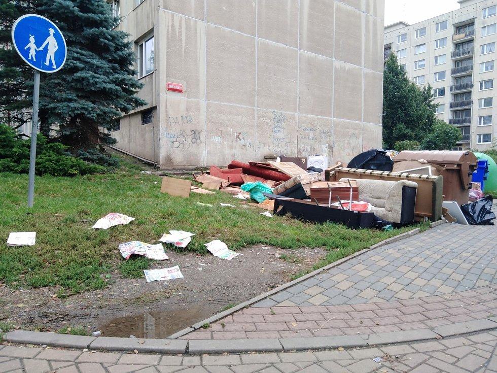 Denní život v mojžířském ghettu. Nepořádek, rozkradený chodník, hluk.