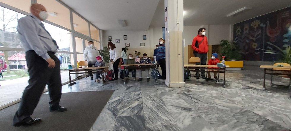 Testování žáků prvního stupně ve vestibulu ZŠ Nová na Kamenném vrchu na ústeckém Střekově
