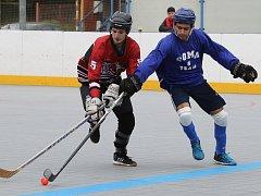 Hokejbalisté Coma Teamu (modří) vyřadili ve čtvrtfinále play off Devils Děčín 2:0 na zápasy.