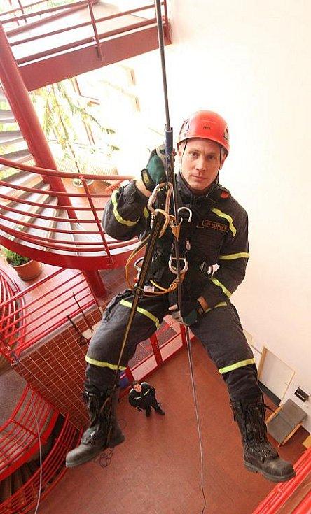 I v takové poloze se ocitají příslušníci Lezecké skupiny profesionálních hasičů v Ústí nad Labem při pravidelném cvičení v zimních měsících.