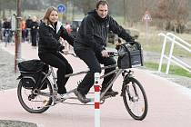 Labská stezka nabízí bezpečný způsob cestování cyklistům, bruslařům i vozíčkářům.