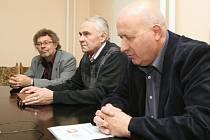 Ve čtvrtek se sešly týmy KSČM a ČSSD v sídle ústeckých komunistů. Za komunisty vede jednání budoucí hejtman Oldřich Bubeníček (vpravo), Jiří Novák (uprostřed) a Václav Homolka. KSČM a ČSSD se dohodly na koalici.