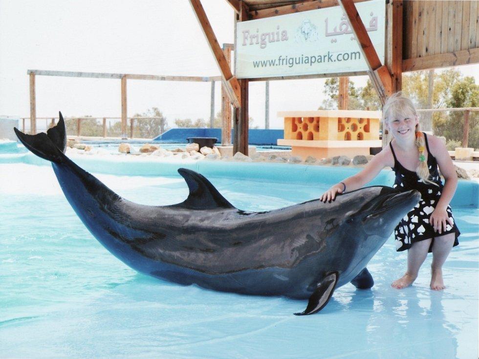 Vnučka Elen manželů Haladových ze Žatce si užila letos v červnu s dědou a babičkou dovolenou v Tunisku. Na snímku je s delfínem ve známé Zoo Friguia Park. Ta leží mezi městy Hammamet a Sousse. Zaujímá rozlohu 36 ha a chová 62 druhů zvířat.