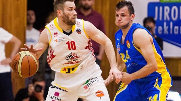 Rozehrávač Michal Čarnecký (vlevo).