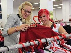 V second handu lze najít i kvalitní oděvy, často jen za zlomek jejich původní ceny.