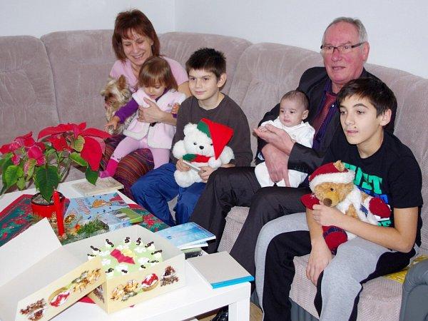 Dárky přivezl primátor Josef Zikmund dětem do Klokánku vKrásném Březně a do azylového domu na Severní Terase.