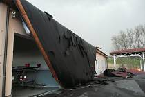 Větrnou smršť nepřežila ani střecha na středisku správy a údržby dálnice Řehlovice.