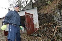 PETR MATES kompletně zrenovoval svou garáž ve Vaňově, před několika dny ji ale našel zničenou od kamení.