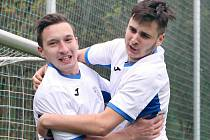 Chlumec (bílí) remizoval s Březinami (modří) 3:3, na penalty pak zvítězili hosté z Březin. I. B třída 2018/2019. Fotbalisté Chlumce ilustrační