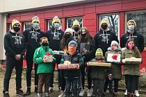 Hokejisté univerzitního týmu North Wings Ústí nad Labem rozdali dárky dětem z Dětského domova na Severní Terase.