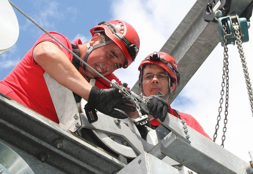 Nácvik evakuace osob z kabiny lanovky na Větruši. Červenec 2012