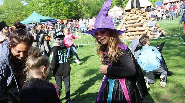 Jedním z mnoha míst tradičního pálení čarodějnic se opět stal Centrální park na Severní Terase.