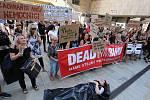 Demonstrace proti zrušení nemocnice v Rumburku před Krajským úřadem v Ústí nad Labem.