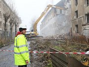 V ulici Na Nivách začalo bourání zdevastovaných domů.