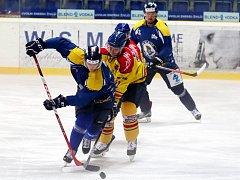 Ústečtí hokejisté (modří) porazili v přípravě České Budějovice 5:2.