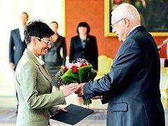 Prezident Václav Klaus (vpravo) jmenoval včera v Praze rektorku Univerzity J. E. Purkyně v Ústí nad Labem Ivu Ritschelovou (vlevo) předsedkyní Českého statistického úřadu.