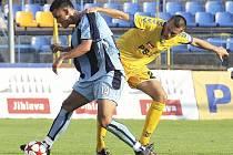 Ústecký útočník Martin Holek (vlevo) bojuje o míč s jedním ze soupeřů v utkání na půdě Jihlavy.