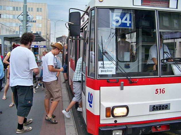 Cestující o nástupu předními dveřmi věděli, a tak je nutnost ukazovat jízdenku nepřekvapovala.