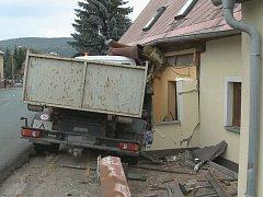 Nákladní automobil narazil v Libouchci do domu u silnice.