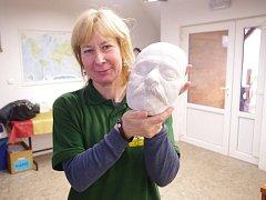 Věra Vrabcová s posmrtnou maskou Heinricha Lumpeho.