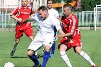Fotbalisté Velkého Března B (bílí) porazili rezervu Přestanova 3:2.
