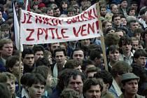 Demonstrace. Režim KSČ se hroutí.