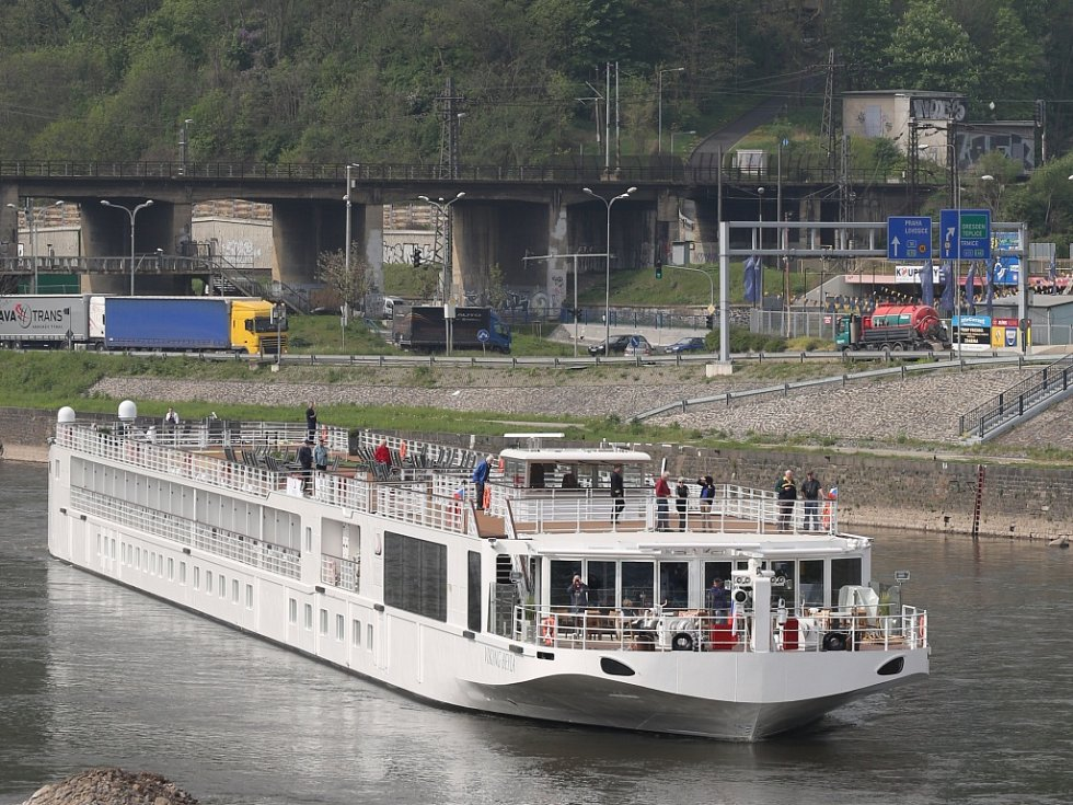 Jedna z největších luxusních osobních lodí brázdí pod švýcarskou vlajkou Labe.