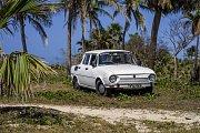 Bílá Škoda 100 pod palmami v oblíbeném letovisku Varadero.