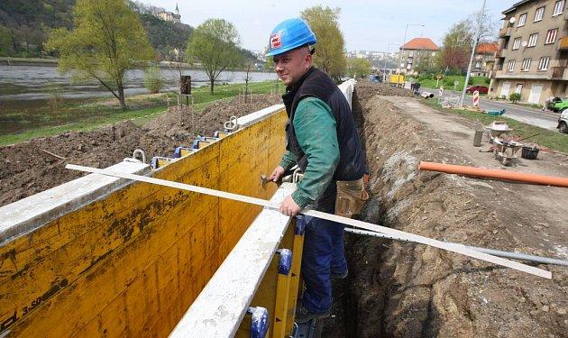 Výstavba protipovodňové hráze na Střekově