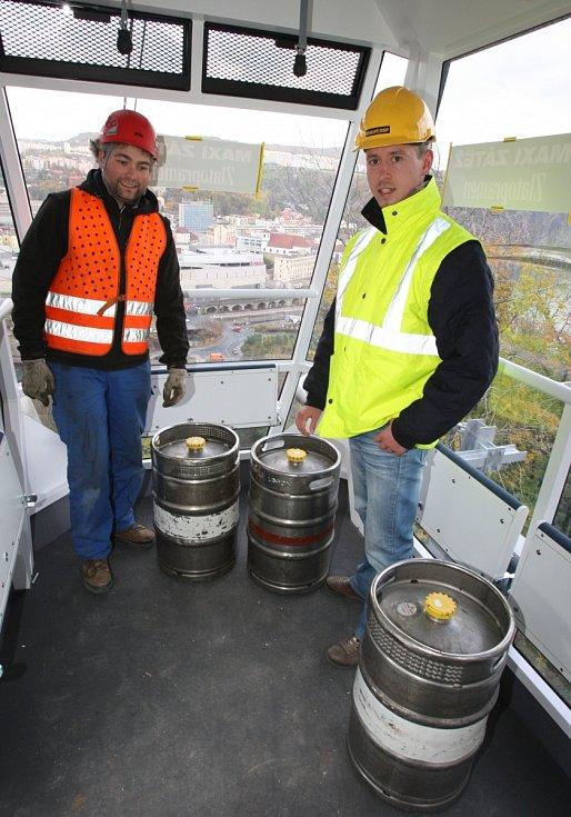 Zátěžová zkouška lanovky na Větruši s pivními sudy. Říjen 2010