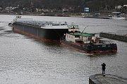 Obří tanker se vydal na cestu z Lovosic. V Ústí ho čekala střekovská zdymadla