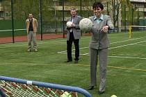 Iva Ritschelová, rektorka UJEP, si včera vyzkoušela nové sportovní prostory u pedagogické fakulty.