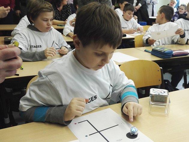 Ve třech třídách ZŠ v Krásném Březně testují speciální výukovou metodu.