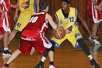 Ústečtí basketbalisté (žluté dresy) doma prohráli s Jindřichovým Hradcem a stav semifinálové série je vyrovnaný 1:1 na zápasy.