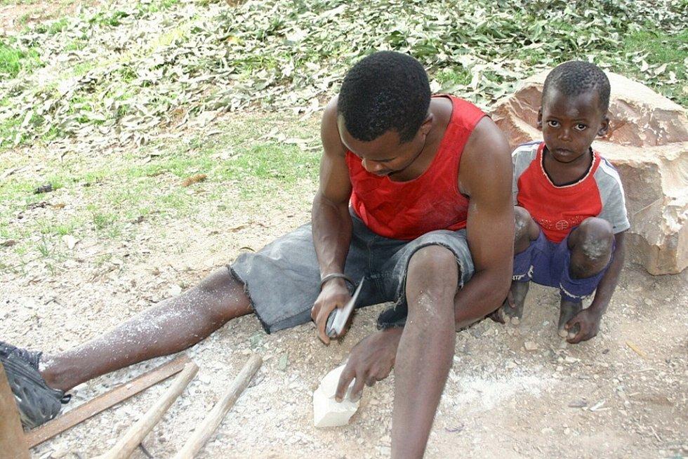 Snímek z výroby figurek Kiumbů v keňské Tabace.